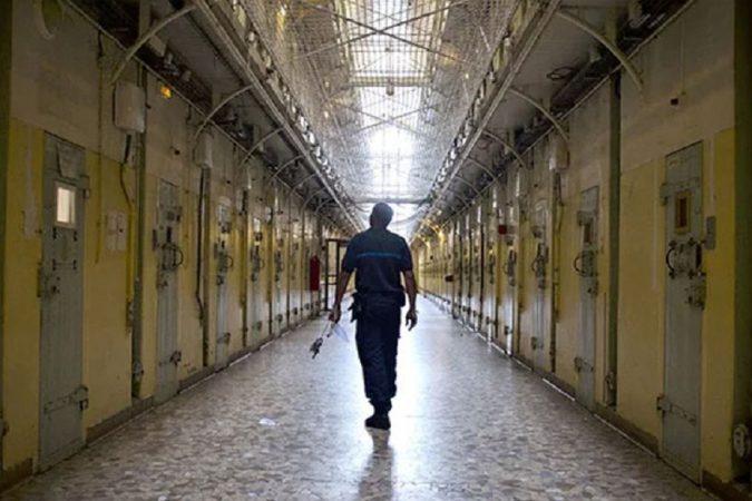 ला सांते जेल – पॅरिसच्या जवळ असलेली ही जेल 'सुसाइड सेल' म्हणून देखील प्रसिद्ध आहे. आत्तापर्यंत या जेलमध्ये अनेक कैद्यांनी आत्महत्या केली आहे. असं म्हटलं जातंय की. या जेलमध्ये भूत पिशाच्च असल्यामुळे कैदी आत्महत्या करतात.