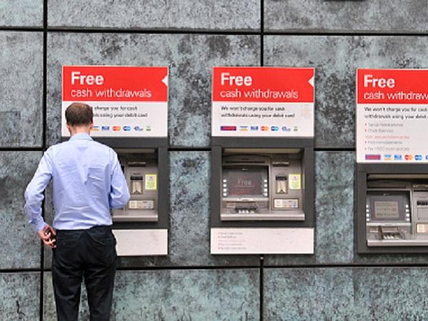 घरात कसं लावाल ATM? वकरांगी लिमिटेड या कंपनीने एनसीआर इंडिया या ATM बनवणाऱ्या कंपन्यांना 500 ATM बनवण्याची ऑर्डर दिली आहे. तसंच अन्य वेबसाईट्सवरही ATM बसवण्यासाठी अर्ज मागवले जात आहेत.