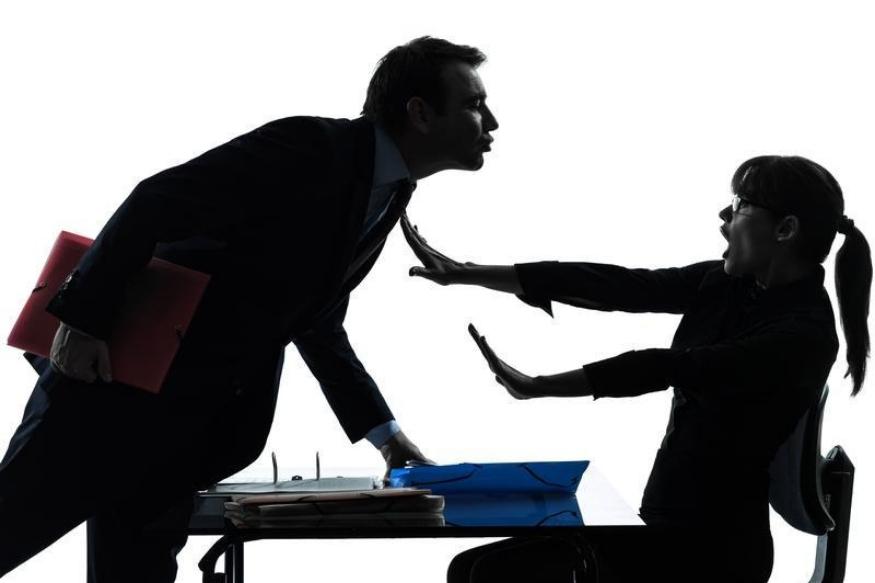 ऑफिसमधली एखादी व्यक्ती तुमचा लैंगिक छळ करत असेल, (म्हणजे यात तुमच्याशी अश्लील संवाद साधणं, तुम्हाला नको त्या ठिकाणी स्पर्श करणं, अश्लील विनोद सांगणं, पाठवणं किंवा अश्लील भाषेत टीका-टिप्पणी करणं, पाठलाग करणं, नको असताना जवळीक साधायचा प्रयत्न करणं हे सगळं आलं) तर स्त्री त्या व्यक्तीची तक्रार करू शकते.