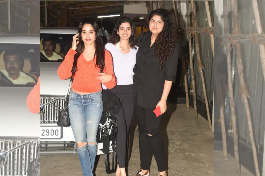 सिनेमा पाहून तिघी बहिणी बाहेर आल्या तेव्हा त्या खूप खूश दिसत होत्या. बहुदा त्यांना सिनेमा आवडला असावा.