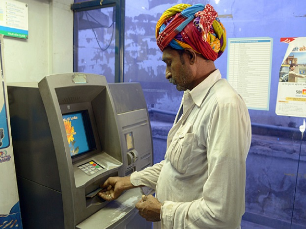 पैसे काढण्यासाठी तुम्ही ATM चा वापर करत असाल. पण हेच ATM घरी लावून तुम्ही महिन्याला लाखो रुपयांची कमाई करू शकता. घरी ATM लावून पैसे कमवणं फारसं अवघडदेखील नाही. त्यासाठी फक्त वर्दळीच्या ठिकाणी तुमचं घर, दुकान किंवा ऑफिस असणं गरजेचं आहे.