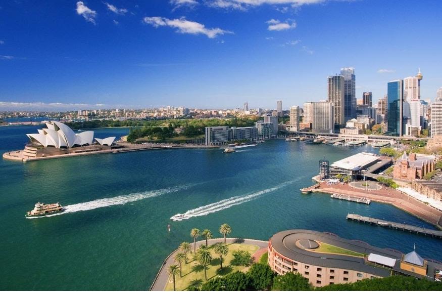 सिडनी, ऑस्ट्रेलिया- सिडनी हे शहर कला आणि शहराच्या सौंदर्यासाठी फार प्रसिद्ध आहे. ऑस्ट्रेलिया देश पाहायला गेलेले प्रत्येक पर्यटक हा सिडनी शहरात एकदा तरी जातोच. हे शहर तिथल्या वातावरणासाठीही प्रसिद्ध आहे.