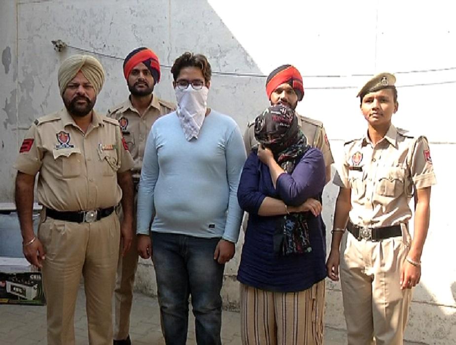 दुकानदारांनी यांचा फोन जप्त केला आणि त्यांना पळून जाण्यापासून रोखलं. तोपर्यंत त्याने पोलिसांनी फोन करून बोलवून घेतलं आणि त्या दोघांना अटक केली. पोलिसांनी या बहीण-भावाच्या विरोधात कलम 420 आणि 66 बी अंतर्गत गुन्हा दाखल केला आहे.