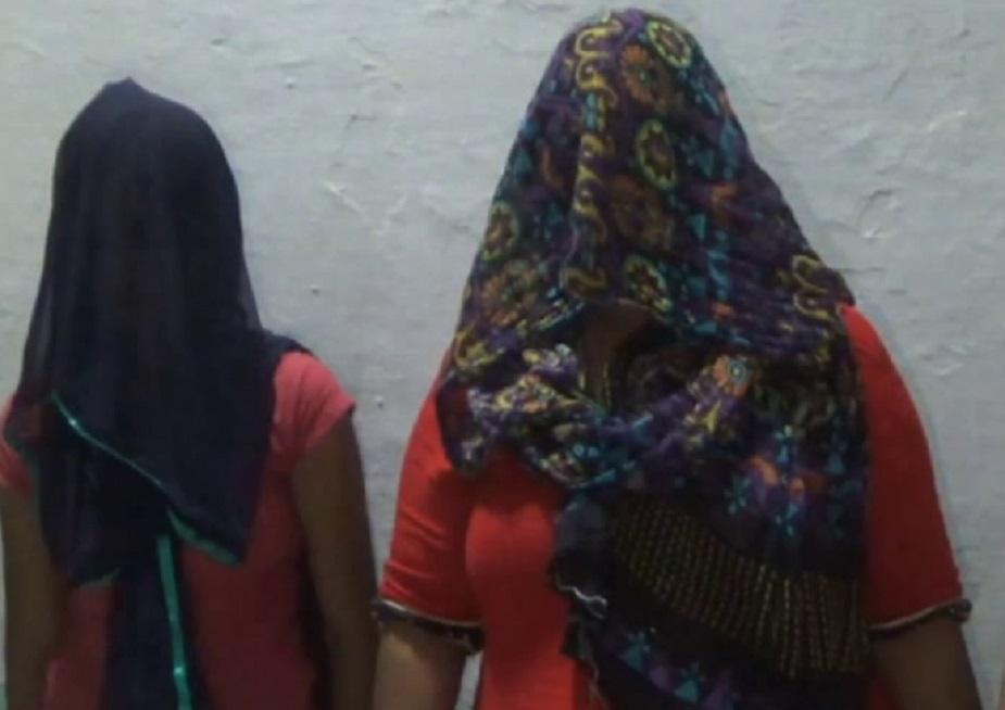जेव्हा ही तरुणी तिच्या बहीण आणि एका दलालसोबत पैसे घेण्यासाठी रोहतर रोड बायपासवर पोहचली. तेव्हा पोलिसांच्या ताफ्याने या तरुणीला रंगे हात पकडलं. या तिघांना पोलिसांनी रात्री उशिरा कोर्टात हजर केलं.