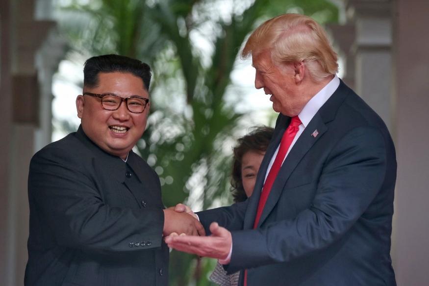 यावर्षी 12 जून 2018 ला जगाने इतिहास बघितला. जे कधीच शक्य वाटत नव्हतं ते शक्य झालं. अमेरिकेचे अध्यक्ष डोनाल्ड ट्रम्प आणि उत्तर कोरियाचा हुकूमशहा किम जोंग उन यांची सिंगापूरमध्ये भेट झाली आणि जगावरचं युद्धाचं मोठं संकट टळलं. 70 वर्षांचं हाडवैर विसरून हे दोनही देश पहिल्यांदाच चर्चेच्या टेबलवर एकत्र आले.