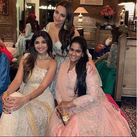 सलमान खानची बहिण अर्पिता खान देखील शाहरूखच्या दिवाळी सेलिब्रेशनमध्ये उपस्थित होती. त्याचबरोबर दबंग गर्ल सोनाक्षी सिन्हा आणि शिल्पा शेट्टीसोबत तिने फोटोसुद्धा काढला.