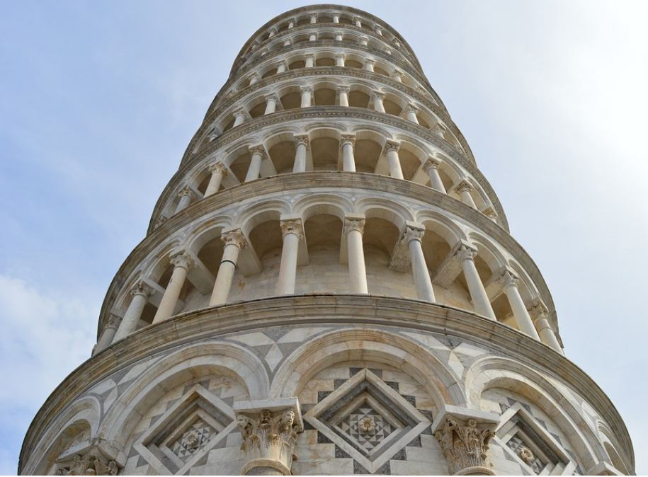 186 फूट इतकी या मनोऱ्याची उंची आहे. आतापर्यंत 4 सेंटीमीटरपर्यंत हा मनोरा सरळ झाला आहे. गेल्या अनेक वर्षांपासून इटलीचं प्रशासन मनोरा पडू नये म्हणून प्रयत्न करत आहे.
