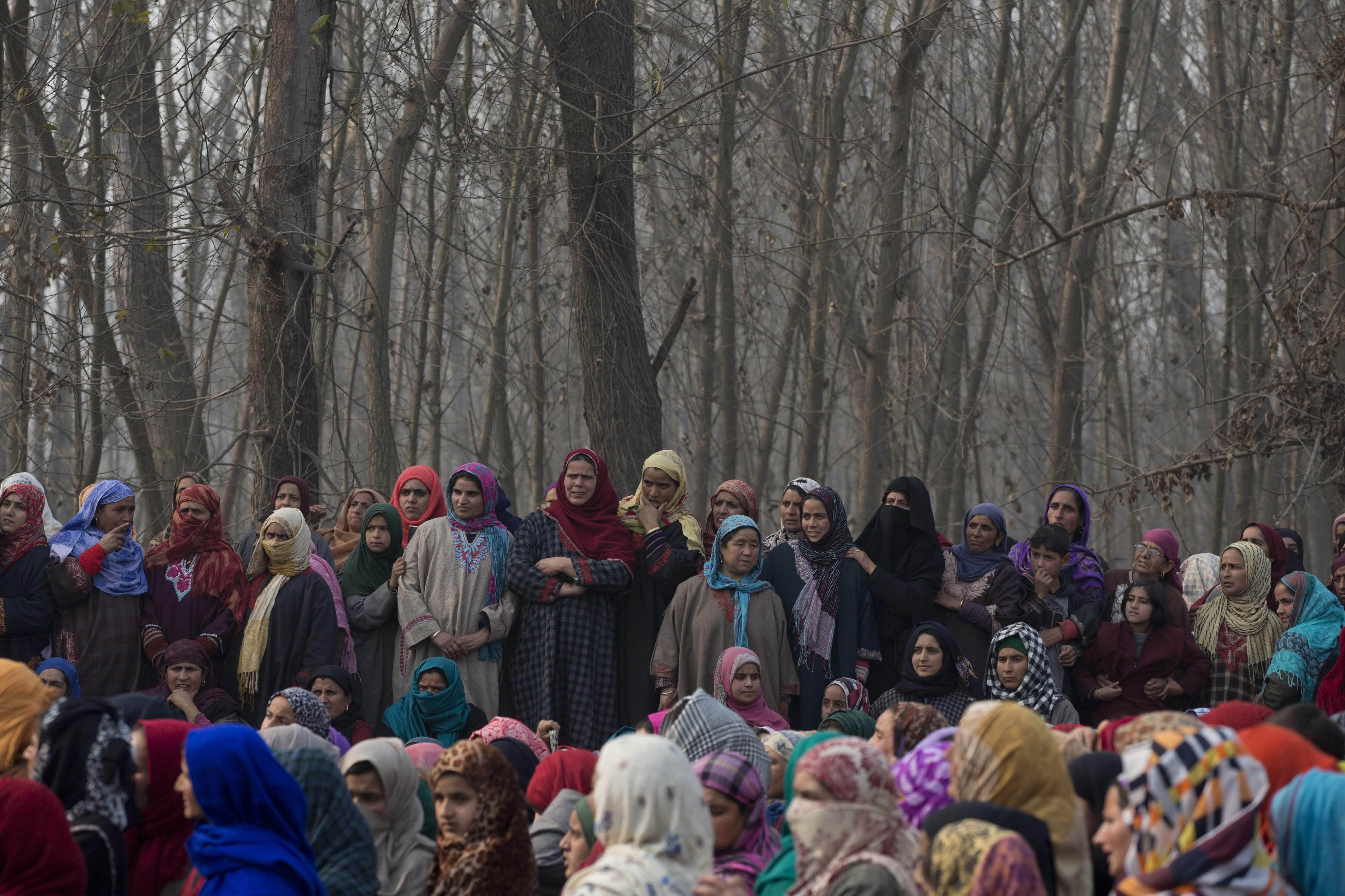 काश्मीर सीमेजवळ झालेल्या चकमकीत भारतीय सुरक्षा दलानं ६ संशयित घुसखोरांचा खात्मा केला.