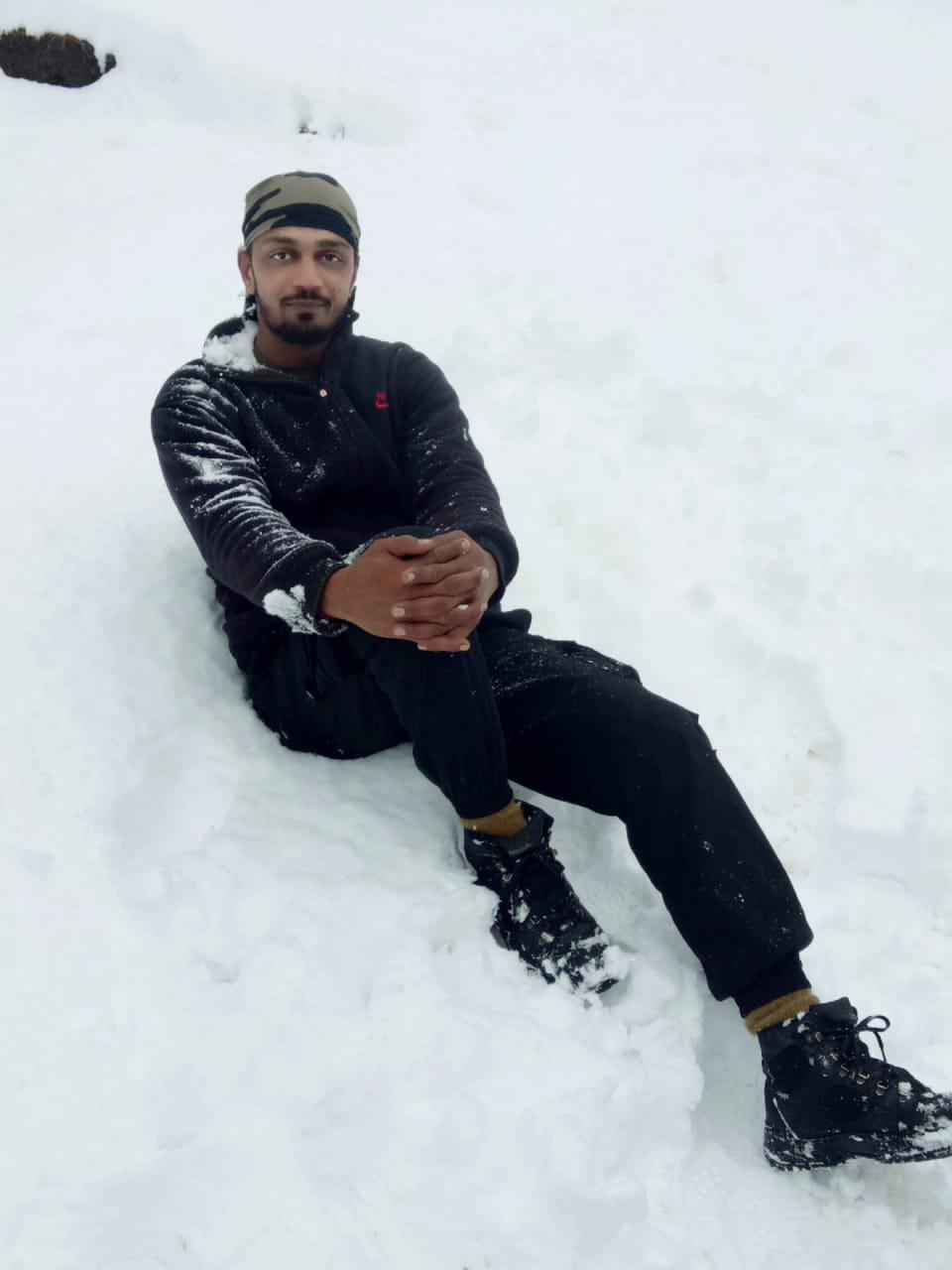 जम्मू-काश्मीर, 27 नोव्हेंबर : जम्मू-काश्मीरमध्ये एक धक्कादायक घटना घडली आहे. जम्मू काश्मीरच्या कुलगाम आणि पुलवामा जिल्ह्यात मंगळवारी दहशतवाद्यांच्या चकमकीत एक जवान शहीद झाला आहे. प्रकाश जाधव असं या जवानाचं नाव आहे. दहशतवादी चकमकीत हा जवान शहीद झाला आहे.