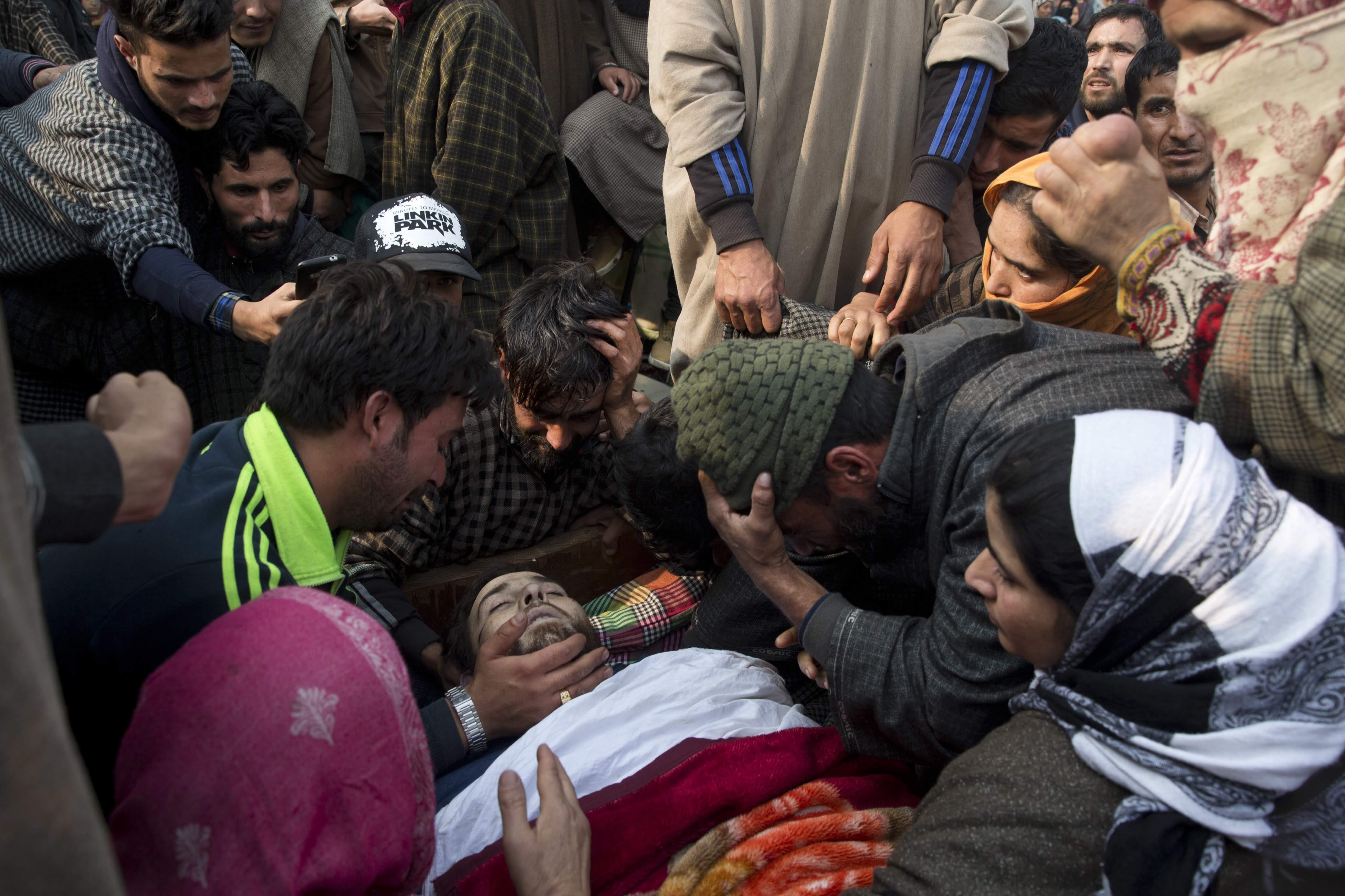 शुक्रवारी २३ नोव्हेंबरला शाहीदची अंत्ययात्रा काश्मीरमध्ये निघाली. त्यात हजारो काश्मिरी नागरिक सामील झाले होते.