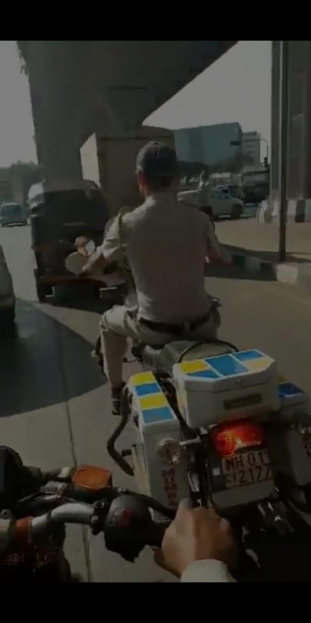 व्हिडिओ बनवताना नागरिकांनी पोलिसांना याबाबत जाब विचारला. पण या नियम तोडणाऱ्या पोलिसांनी एकाही प्रश्नाचे उत्तर दिलं नाही.