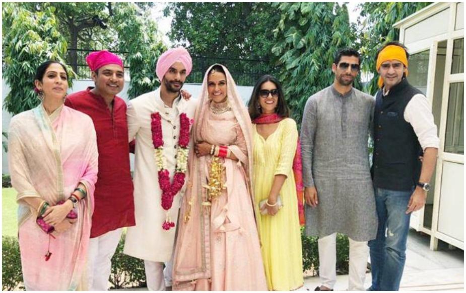 अंगदने दिल्लीतील एका गुरूद्वाऱ्यात नेहाशी लग्न केले. या लग्नात फार कमी पाहुणे मंडळी होती. अंगद आणि नेहाने फक्त जवळच्या मित्र- मंडळींना आणि कुटुंबाला लग्नात सहभागी केले होते. अंगदकडून गौरव कपूर, अजय जडेजा आणि आशिष नेहराही या लग्नात सहभागी झाले होते. आश्चर्य म्हणजे या लग्नात युवराज सिंगला बोलावण्यात आले नव्हते. आपल्या लहानपणीच्या मित्राच्या लग्नाचं आमंत्रणच न मिळाल्याने युवराज फार नाराज झाला. अंगदनेही एका मुलाखतीत त्याची चूक मान्य केली.