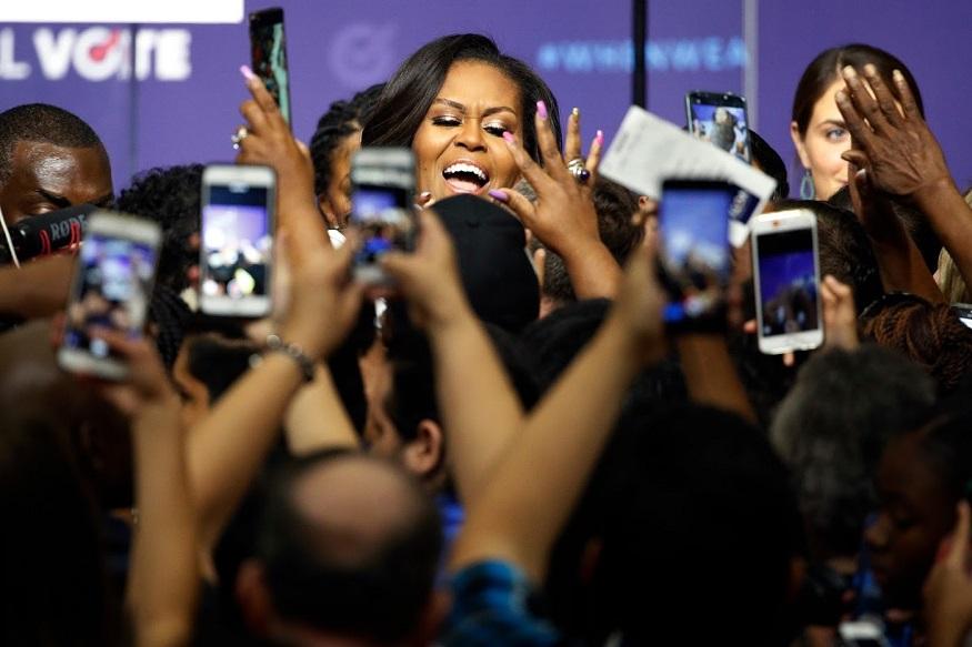 मिशेल ओबामा... मिशेल बराक ओबामा अशा पूर्ण नावाची त्यांना गरज नाही. या माजी फर्स्ट लेडीचं आत्मचरित्र प्रसिद्ध झालं आहे आणि ते भरपूर गाजतंय. प्रकाशकांच्या माहितीनुसार, गेल्या ३ वर्षात इतक्या प्रीऑर्डर्स जगात कोणत्याच पुस्तकाला मिळाल्या नव्हत्या.
