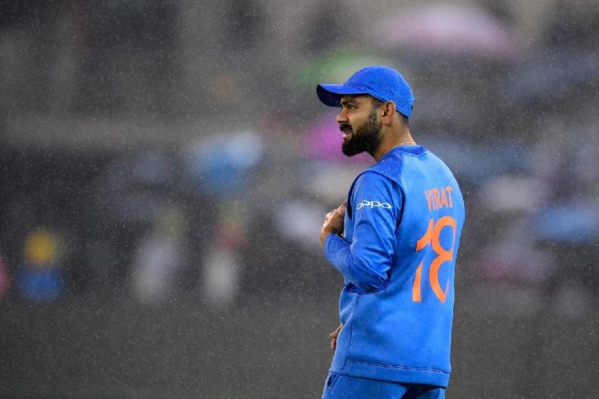 विराट कोहलीच्या या निर्णयानं प्रतिस्पर्धी संघाला कोड्यात टाकलं. कोहलीच्या या खेळाडूनं त्याच्या पहिल्याच षटकातील चार चेंडूत सामन्याचा नूर पालटला.