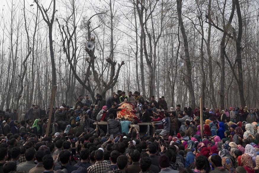 श्रीनगरच्या दक्षिणेला असलेल्या करवानी गावात शाहीद अहमदवर अंत्यसंस्कार करण्यात आले.