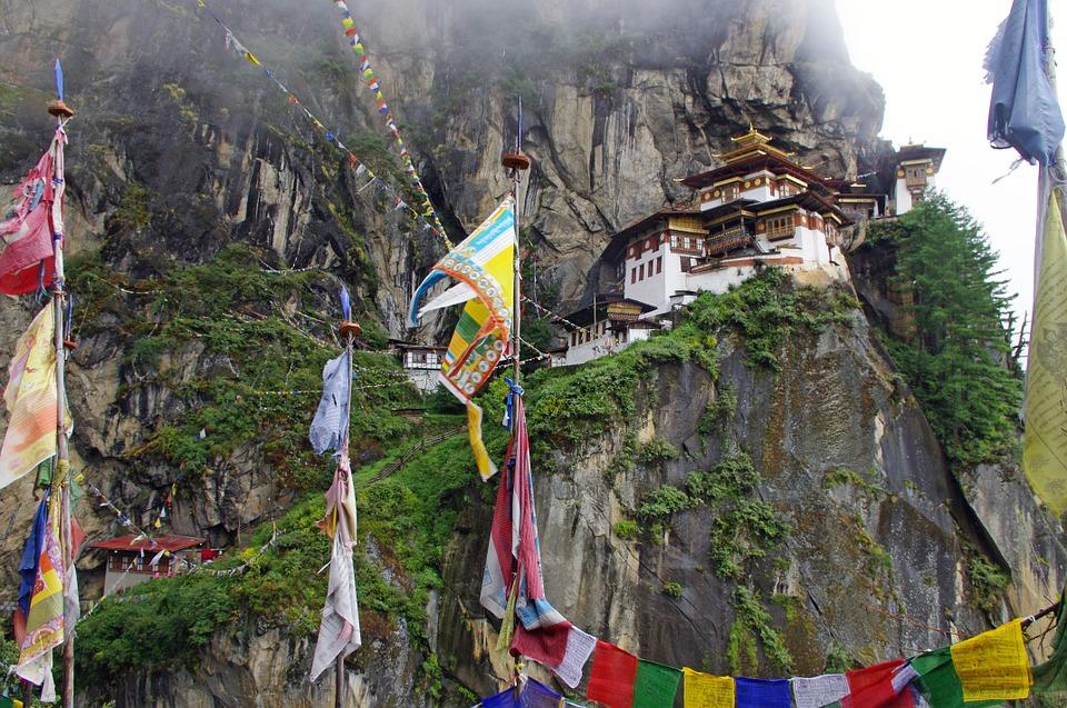भूतान- ज्यांच्याकडे भारतीय पासपोर्ट आहे, ते भूतान हा देशही आरामात फिरून येऊ शकतात. चीन आणि भारताच्यामध्ये असलेला हा देश निसर्गाच्या सौंदर्याने परिपूर्ण आहे. इथली बुद्धांची मंदिरं पाहायला जगभरातून लोक येतात.