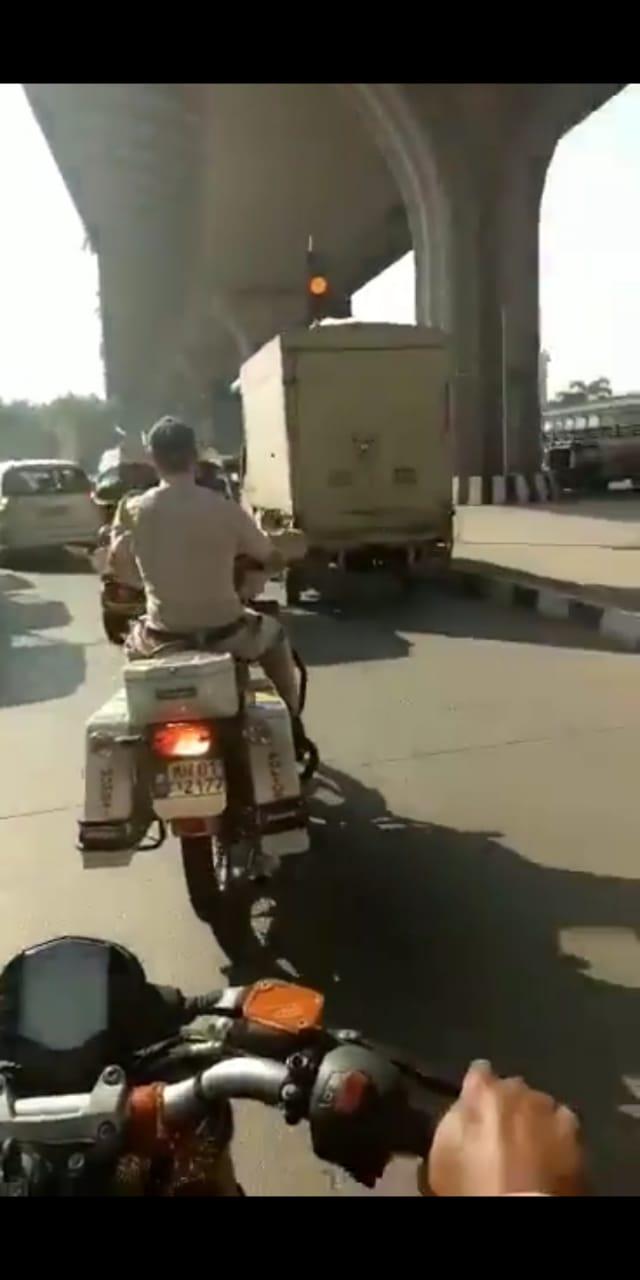 या प्रकरणाची मोठी चर्चा झाल्यानंतर मुंबई पोलिसांनी आता संबंधित पोलीस अधिकाऱ्यांच्या चौकशीचे आदेश दिले आहेत.