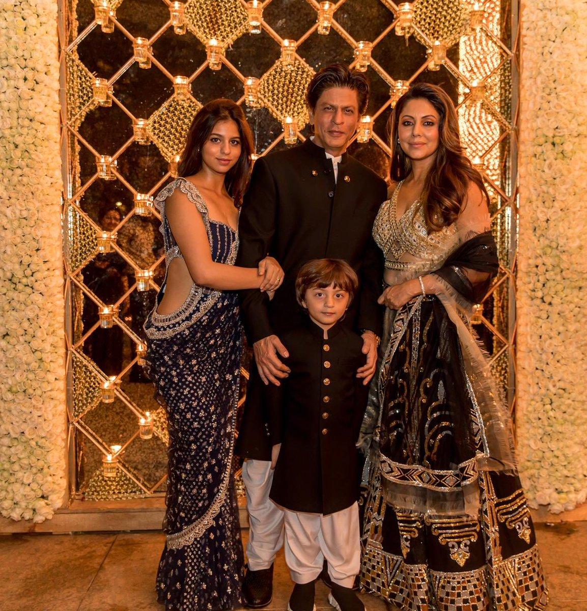 शाहरुखच्या घरच्या दिवाळी सेलिब्रेशनचे फोटो त्याची पत्नी गौरी खानने सोशल मीडियावर टाकले आहेत. मूड लायटिंग असं म्हणत गौरीनं हे शानदार फोटो ट्विटरवर शेअर केले आहेत.