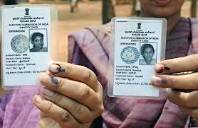 मतदान ओळखपत्रासाठी लागणारी कागदपत्रं तम्हाला स्कॅन करून अपलोड करावी लागतील. यासाठी तुमच्याकडे शिक्षण संस्थेचा शाळा सोडल्याचा दाखला, भारतीय पासपोर्ट, पॅनकार्ड, ड्रायव्हिंग लायसन्स आणि आधार कार्ड असणं गरजेचं आहे.