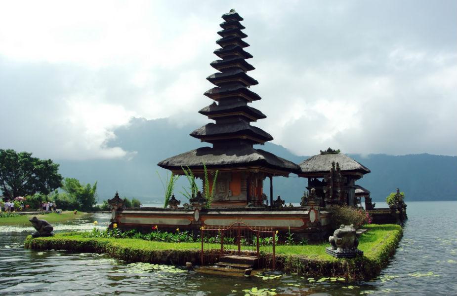 इंडोनेशिया- तुमच्याकडे भारतीय पासपोर्ट आहे तर पुढचे ३० दिवस तुम्ही कोणतीही चिंता न करता इंडोनेशिया हा देश फिरू शकता. या देशाची राजधानी बाली फिरायला देश- परदेशातून लोक येतात.