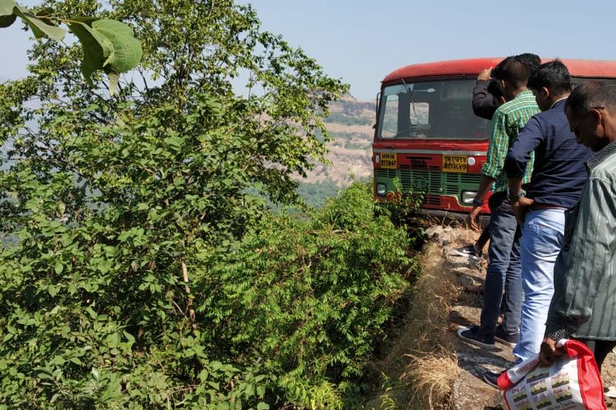 चालक मोहन बांदल यांनी ब्रेक लावल्याने बस दरीच्या टोकावर जाऊन थांबली. या बसमधून 76 प्रवाशी प्रवास करीत होते.