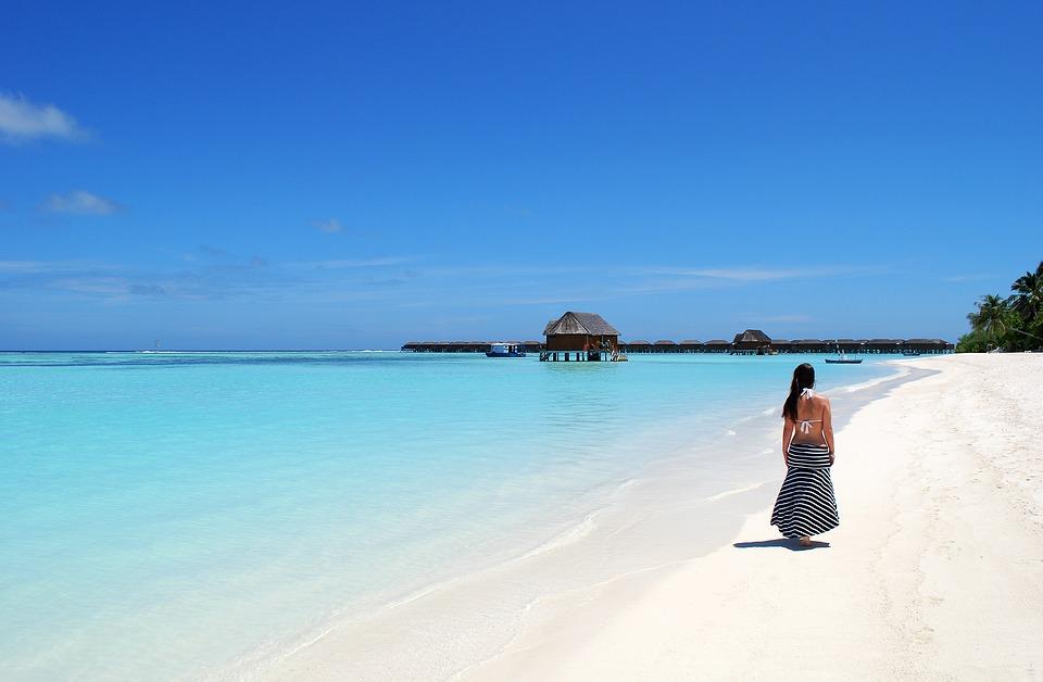 मालदीव- ज्यांच्याकडे भारतीय पासपोर्ट आहे ते ९० दिवस मालदीपमध्ये सहज राहू शकतात. इथले बीच आणि समुद्राचं पाणी सगळंच काही प्रेमात पाडणारं आहे.