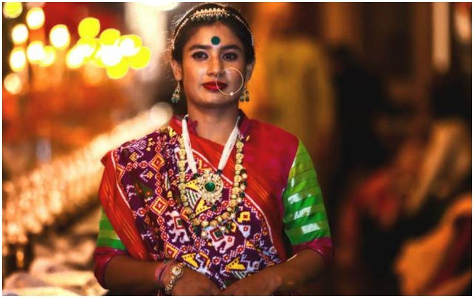 मिताली राजने भरतनाट्यममध्ये विशारद पदवी मिळवली आहे. तिने ८ वर्ष भरतनाट्यमचं शिक्षण घेतलं आहे. तिने भरतनाट्यमचे अनेक कार्यक्रमही केले.