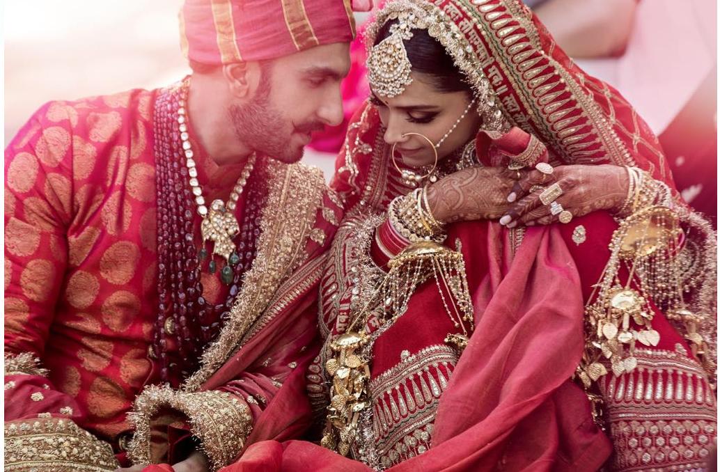 बाॅलिवूडची हाॅट जोडी दीपिका-रणवीरचं कोकणी आणि सिंधी पद्धतीनं लग्न झालंं. त्यांचे लग्नाचे फोटोही शेअर झाले. आता सगळे वाट पाहतायत दोघं परत कधी येणार ते.