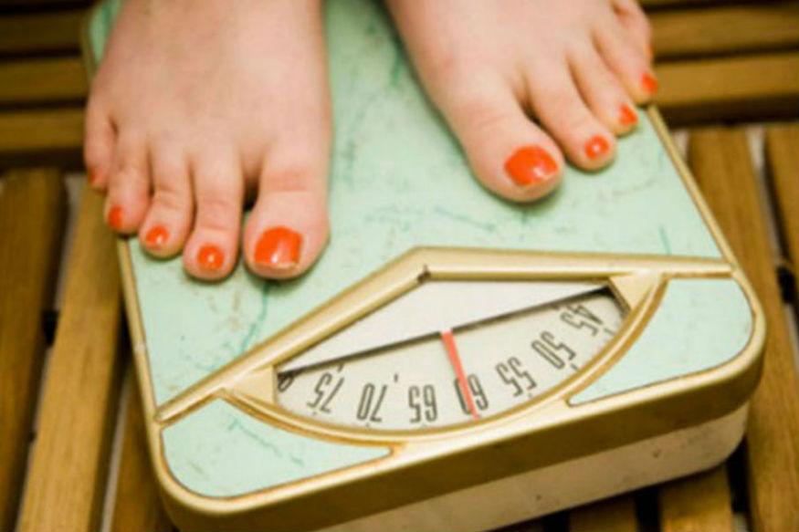 तुम्हीही वजन कमी करण्याचे सर्व उपाय करुन थकलात? कोणतेही उपाय केले तरी वजन कमी होतच नाही? तासन् तास व्यायाम करुनही तुमचं पोट आत जात नाही. तर आता वेळ आहे काही तरी वेगळं करून पाहण्याची. तुम्हाला जेवणाच्या वेळेत काही बदल करण्याची आवश्यकता आहे. याने तुमच्या अर्ध्या समस्या संपतील.