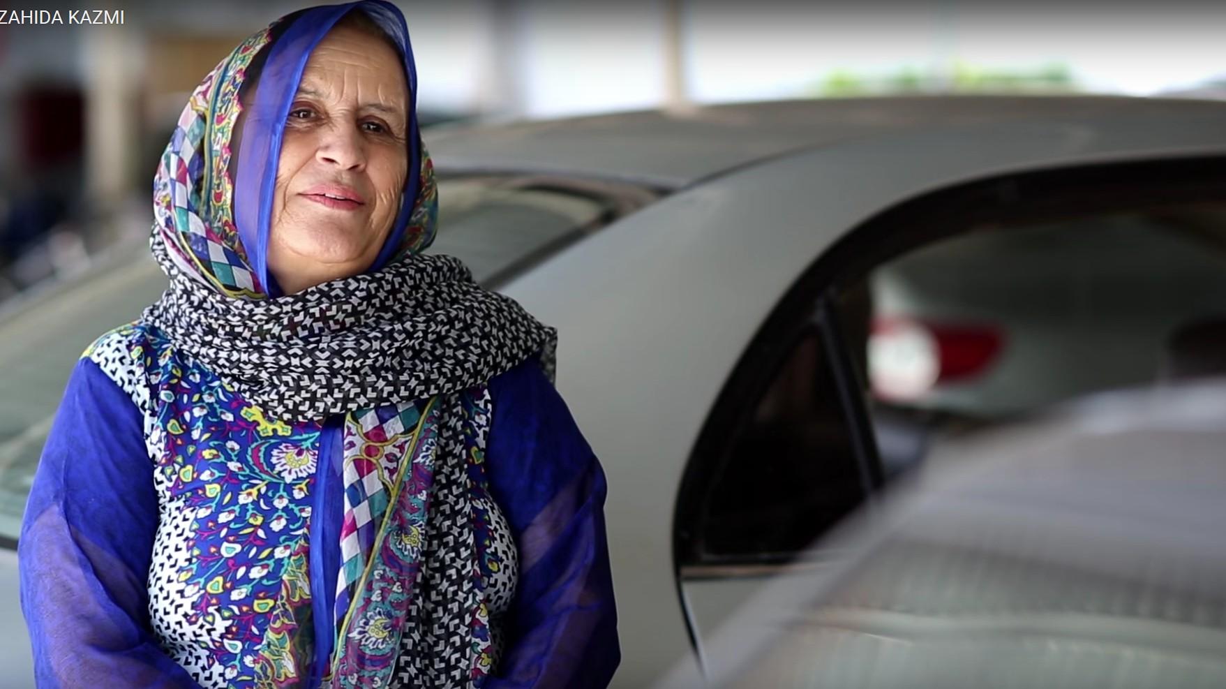 जाहिदाचं म्हणणं आहे हे काम करणं तिच्यासाठी सुरुवातीला खूप कठीण होतं. मात्र आता जाहिदाचा आदर्श घेत आज हजारो महिला पाकिस्तानात महिला टॅक्सी ड्रायव्हरचा व्यवसाय करताना दिसतायत.