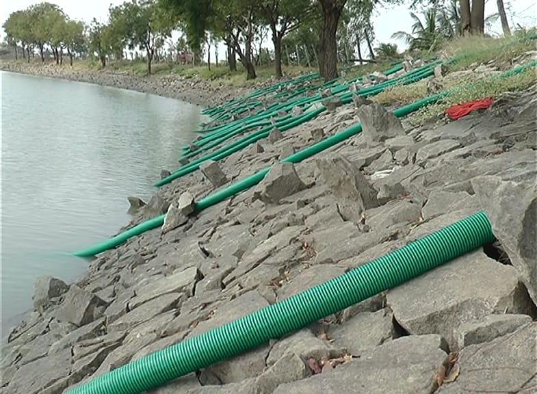 या तलावात ज्या स्त्रीचा मृतदेह सापडला तिला HIVची लागण झाली होती. आता हे पाणी प्यायल्यावर आपल्यालाही तो आजार होईल या भीतीनं गावकऱ्यांनी सगळा तलाव रिकामा करून पुन्हा भरण्याचा तगादा लावला होता.