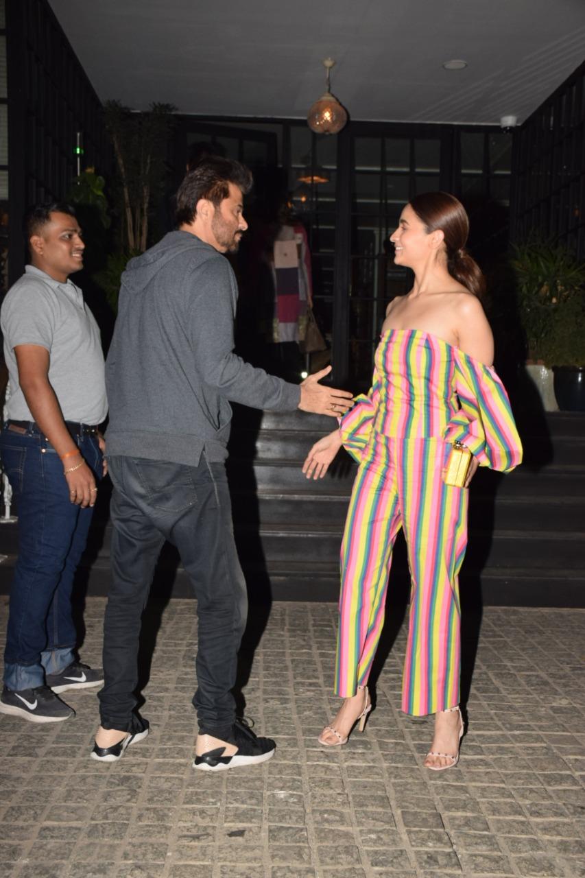 सोनम कपूर आणि आलिया यांची फार घट्ट मैत्री आहे. यापार्टी दरम्यान मुंबईतील एका हॉटेल बाहेर अनिल कपूरसोबत आलियाची भेट झाली.