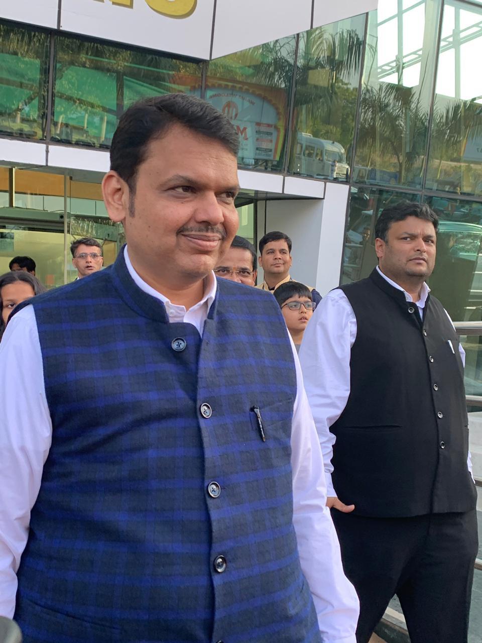 महाराष्ट्राचे मुख्यमंत्री देवेंद्र फडणवीसदेखील ईशा अंबानीला आर्शिवाद देण्यासाठी उदयपूरला गेले आहेत.
