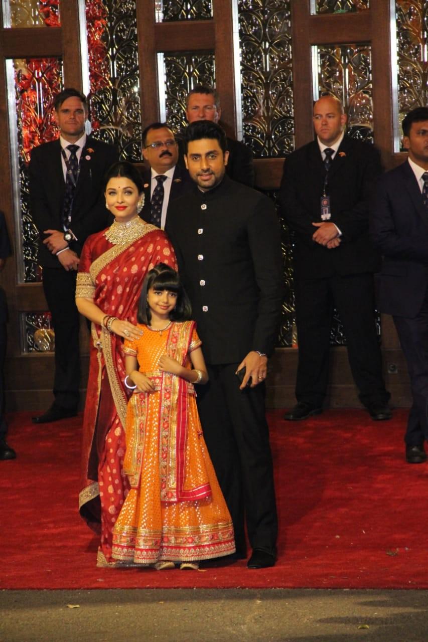 अभिषेक बच्चन आणि ऐश्वर्या राय बच्चन यांच्या सोबत त्यांची मुलगी आराध्यादेखील लग्नाला आले होते. रेड अॅण्ड ब्लॅक रंगाच्या कपड्यांमध्ये बच्चन परिवार सुंदर दिसत होता.