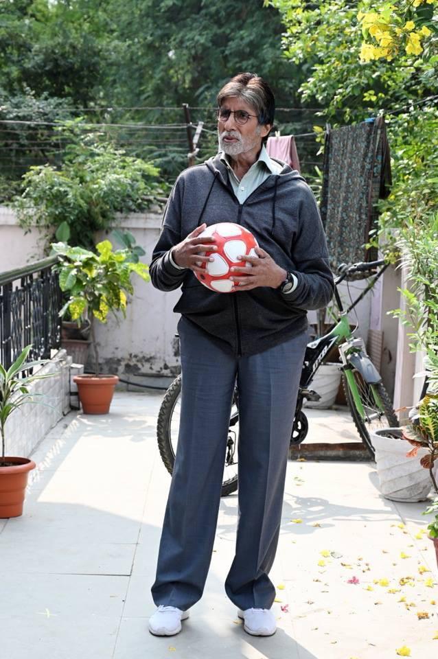 या सिनेमाची कथा उनाड मुलांना एकत्र करून त्यांची फुटबॉल टीम तयार करणाऱ्या प्रशिक्षकांवर आधारित आहे. अमिताभ बच्चन फुटबॉल प्रशिक्षकाच्या भूमिकेत आहेत.