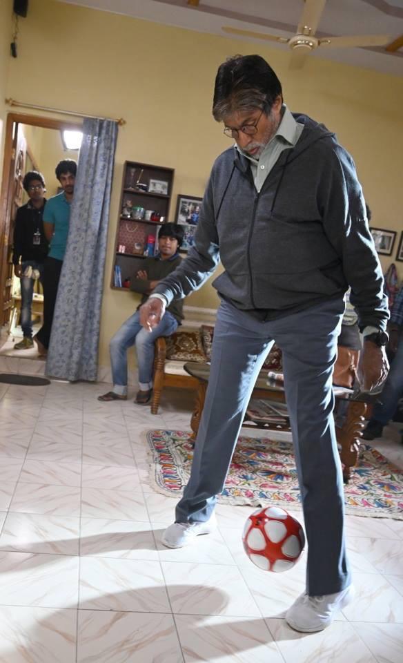 या सिनेमातील एका सीनच्या शूटसाठी बिग बी अमिताभ बच्चन हे 'आपले विद्या मंदीर' या शाळेत फ़िज़िक्सचे शिक्षक असणाऱ्या चोबीतकर सर यांच्या घरी पोहोचले.