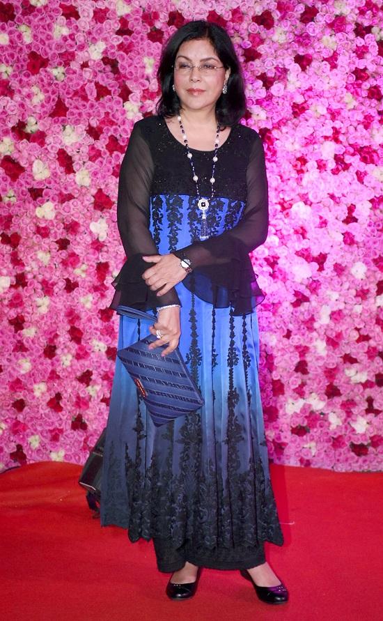 झीनत अमानही निळ्या आणि काळ्या ड्रेसमध्ये आली होती. झीनतचं सौंदर्य आजही सगळ्यांचं लक्ष वेधून घेत होतं.