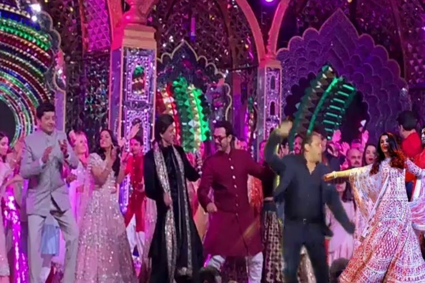 संगीत सोहळ्याला पहिल्यांदा शाहरुख-आमिर खानला एकत्र डान्स करताना पाहिलं. आमिर कधी अॅवाॅर्ड शोजना जात नाही. त्यामुळे स्टेजवर परफाॅर्मन्स देण्याचा प्रश्न येत नाही. पण यावेळी त्यानं स्टेजवर परफाॅर्म केलं, तेही शाहरुख खानबरोबर.