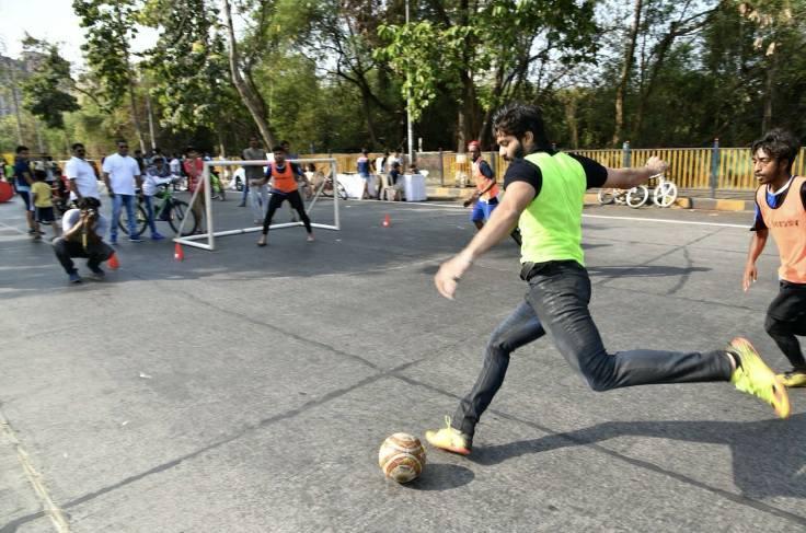अमित हे फुटबॉलप्रेमी असून ते स्वतः फुटबॉल खेळतात. (साभार - अमित ठाकरे फेसबुक पेज)