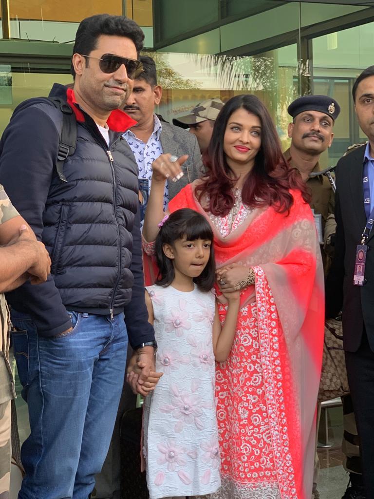 अभिनेता अभिषेक बच्चन आणि ऐश्वर्या आपल्या मुलीसह सोहळ्याला पोहोचली.