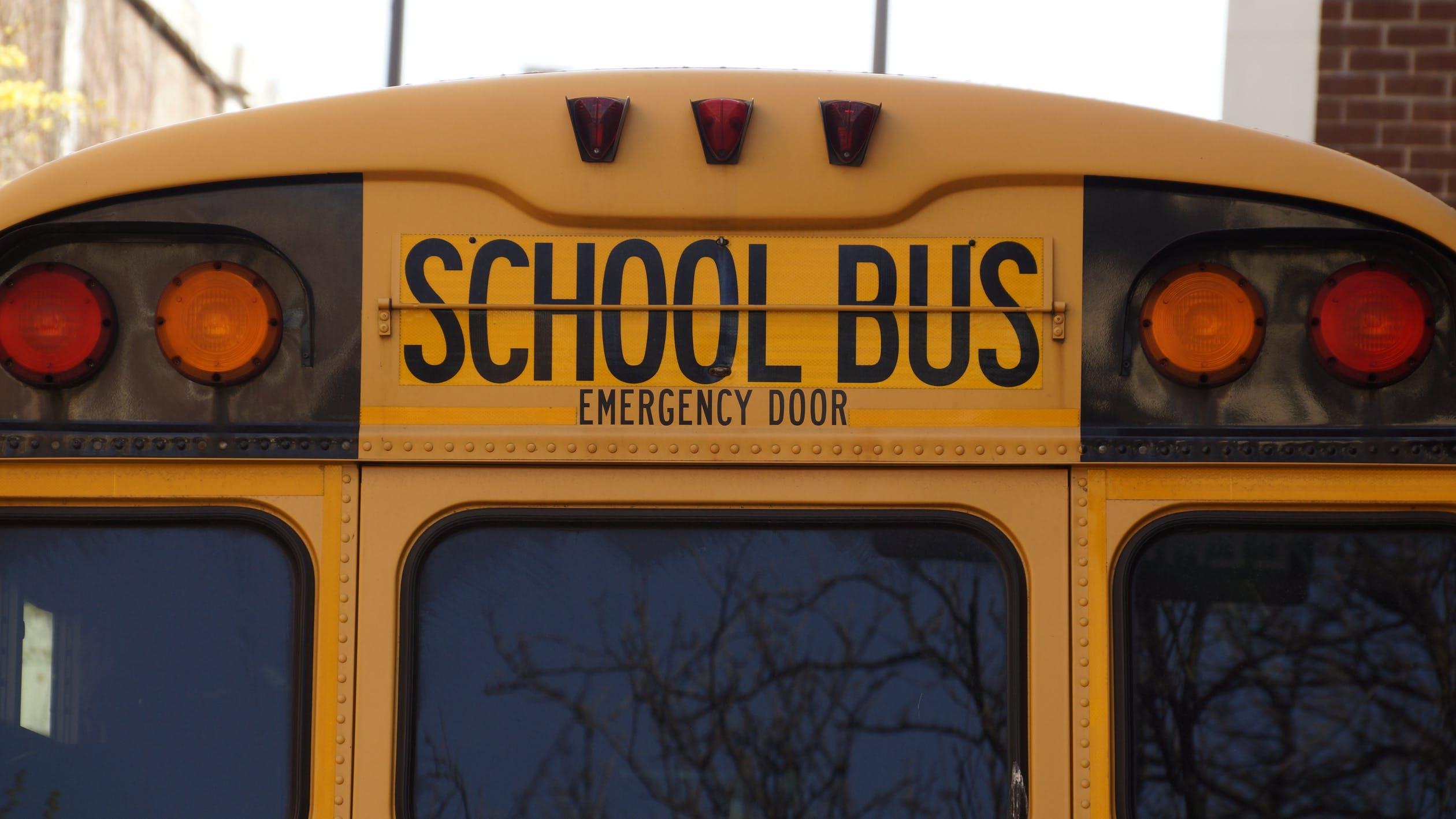 मात्र थोड्यावेळाने मुलांना घेऊन बस चालक शाळेत पोहोचला आणि त्याने सर्व प्रकार सांगितला, तेव्हा सारेच खूश झाले. पालकांनीही बस चालकाच्या या कृतीचे कौतुक केले.
