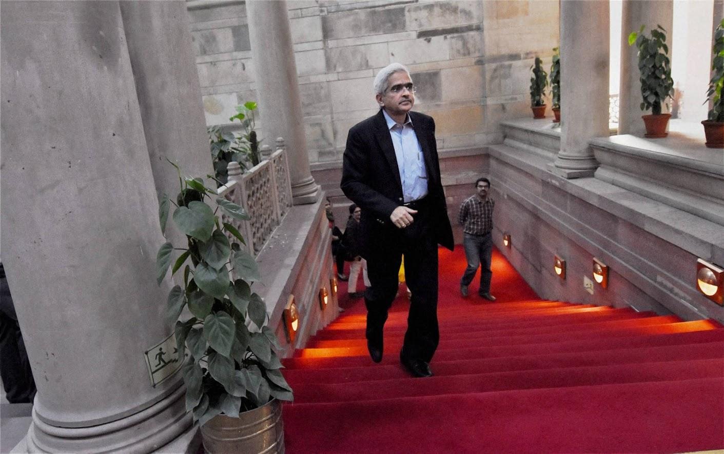 केंद्रीय महसूल, अर्थ आणि इतर काही मंत्रालयात त्यांनी सचिवपदाचा कार्यभार उत्तमपणे सांभाळला होता. जी-20 परिषदेत भारताचे शेर्पा म्हणूनही त्यांनी काम केलं होतं. आर्थिक विषयांचा त्यांचा उत्तम अभ्यास आहे.