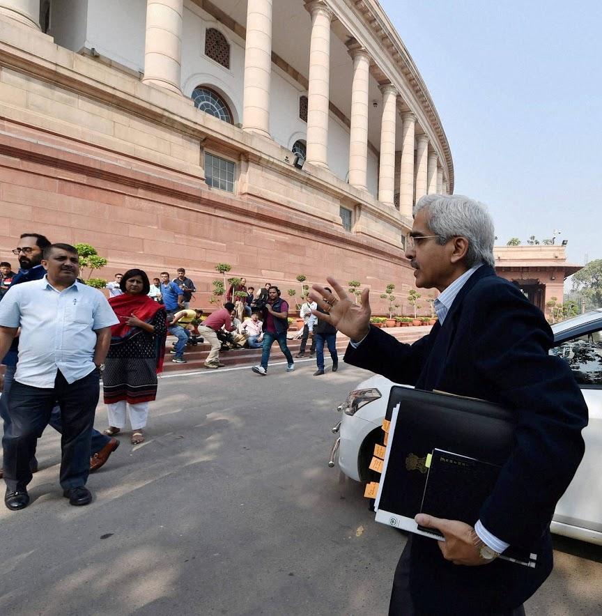 मार्चअखेरपर्यंत 300 अब्ज रुपयांपेक्षा अधिक लाभांश सरकारकडे जमा केला जाईल, असं रिझर्व बँकेच्या सूत्रांनी रॉयटर्स या वृत्तसंस्थेला सांगितलं आहे.
