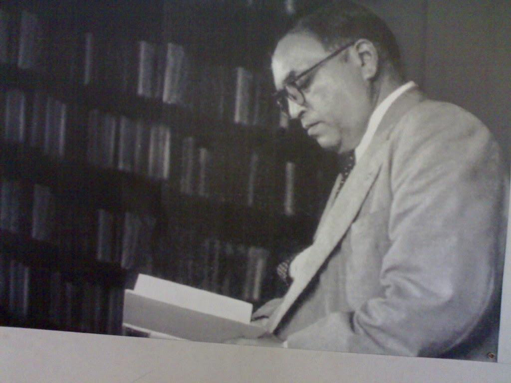 1 डिसेंबर 1956- डॉ. बाबासाहेब आंबेडकरांनी त्यांच्या दिल्लीतील निवासस्थानी बुद्धिस्ट आर्ट प्रदर्शनाला नानकचंद रत्तू आणि ज्येष्ठ समाजसेवक सोहनलाल शास्त्री यांच्यासोबत भेट दिली. यानंतर धर्मगुरु दलाई रामा यांच्या सत्कार सोहळ्यालाही ते उपस्थित होते.