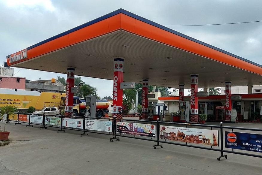 इंडियन आॅयलने देशभरात 27,000 नवीन पेट्रोल पंप देण्यासाठी निवेदनं मागवली आहे. जर तुमच्याकडे जास्त पैसे नाही आणि तुमच्या नावावर जागा नाही तरीही तुम्ही पेट्रोल पंप डिलरशिपसाठी अर्ज करू शकतात.