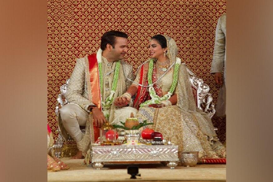 ईशा अंबानी आणि आनंद पिरामल यांचं बहुचर्चित लग्न 12 डिसेंबरला शाही थाटात पार पडलं. गुजराती रीतीरिवाजांप्रमाणे सर्व विधी झाले.