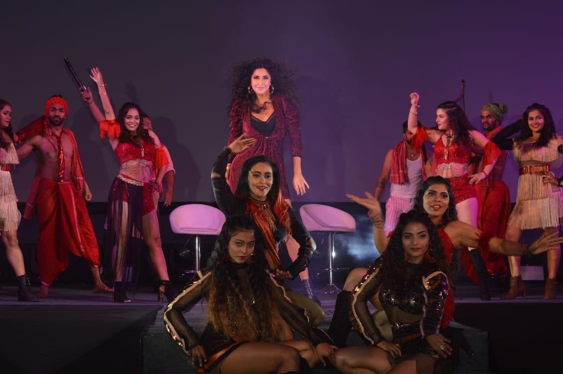 गाण्याच्या लाँचच्या वेळी कतरिनाच्या धमाकेदार डान्सनं माहोल रंगीन झाला.