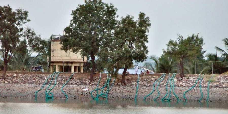 गावातल्याच एका स्त्रीनं या तलावात उडी मारून आत्महत्या केली, असं सांगितलं जातं.