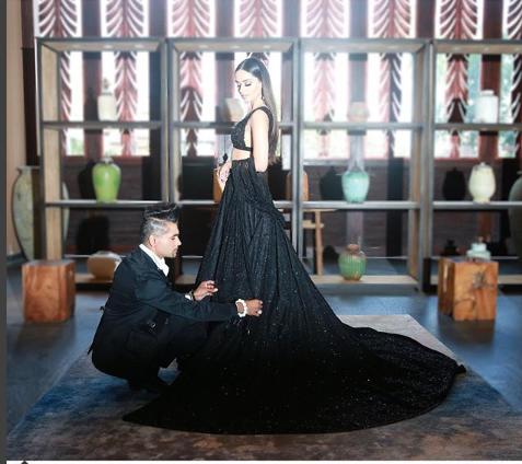 मानुषीचा पोशाख ड्रेस डिझायनर सब्यासाचीनं बनवला होता. सगळ्यांचं लक्ष ती वेधून घेत होती.