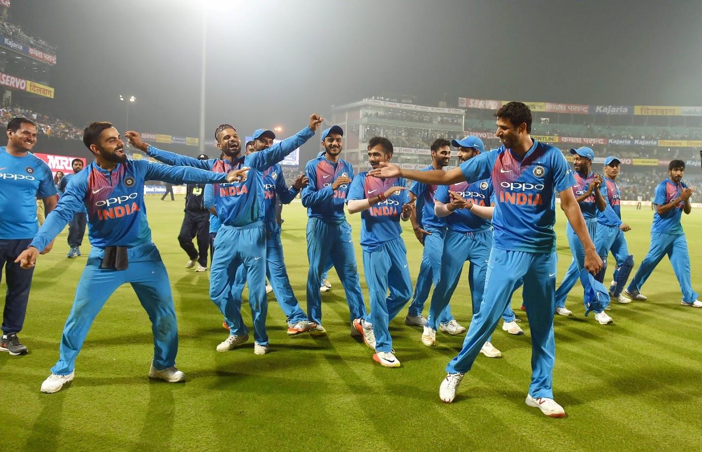 भारताचा माजी खेळाडू आशिष नेहराला कोहलीचा हा अंदाज अजिबात आवडला नाही. सोनी सिक्समध्ये कॉमेंट्री बॉक्समध्ये समालोचन करताना कोहलीला त्याचा अतिआत्मविश्वास नडला असे नेहरा म्हणाला.